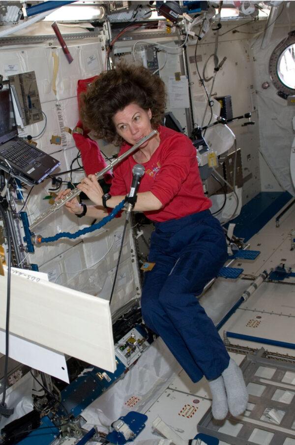 V březnu 2011 hrála na ISS na flétnu Catherine Coleman