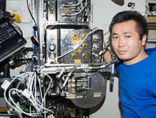 Koiči Wakata v rámci mise Expedice 19 u zařízení na zpracování vody.