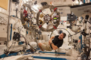 Mike Hopkins a Spheres zdroj:nasa.gov