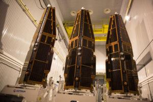 Tři družice letící na misi SWARM (ještě se složenými rameny)