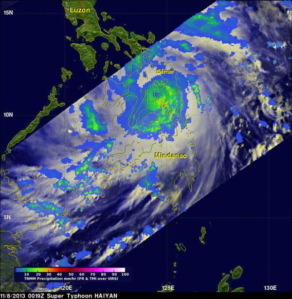 Společný projekt NASA a JAXA, družice TRMM (Tropical Rainfall Measuring Mission) vytvořila 8.11. v 1:19 SEČ tento snímek.