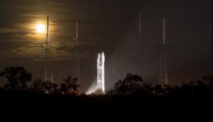 Působivá noční fotografie zachycující raketu Atlas V se sondou MAVEN na startovní rampě