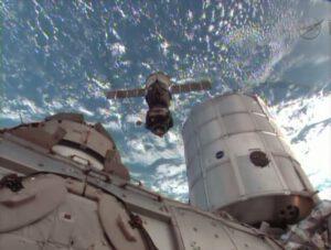 Snímek z NASA TV zachycující loď Sojuz TMA-09M,kterak opouští modul Rassvět.