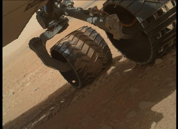 Sol 34 - kamera MAHLI umístěná na konci robotické paže kontrolovala stav podvozku