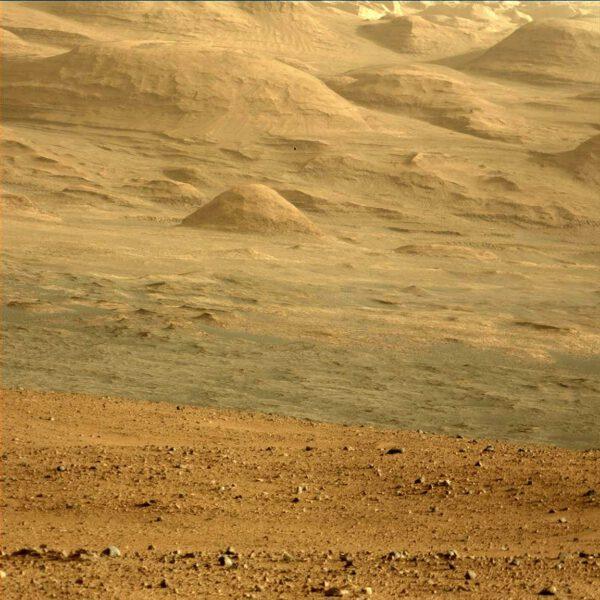 Sol 45 - uchvacující snímek kamery MastCam 100 na úpatí hory Mount Sharp.