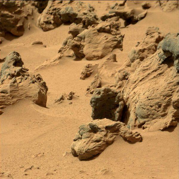 Sol 77 - detailní kamera MastCam a působivé tvary kamenů