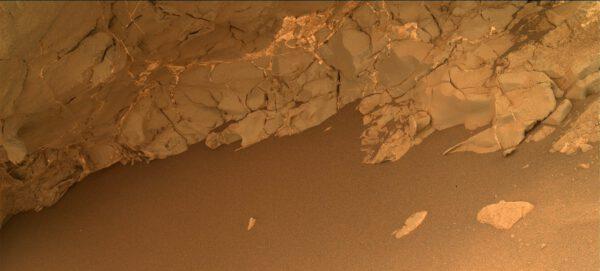 Sol 134 - kamera MAHLI se podívala pod skalní převis