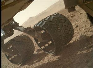 Poškozené kolo Curiosity