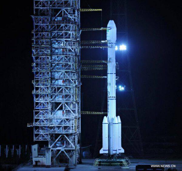 Tato fotka už pochází ze včerejška - raketa Čchang-čeng 3B na odpalovací rampě.