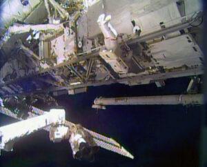 Výstup do volného kosmu z paluby ISS.