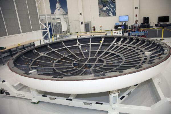 Tepelný štít je momentálně uložený v hlae Operations and Checkout Building na Kennedyho vesmírném středisku