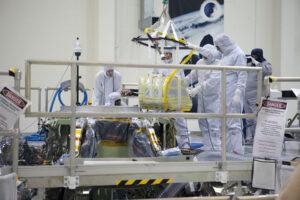 Technici spouští ke špičce Orionu jeden ze tří hlavních padáků.