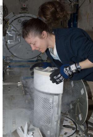 Tracy Caldwell-Dyson přemísťuje vzorky z palubní chladničky MELFI.
