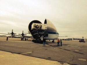 Letoun Super Guppy s odklopenou přídí, do které vjíždí kontejner s tepelným štítem