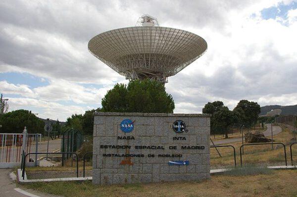 70metrová anténa sítě DSN umístěná ve Španělsku