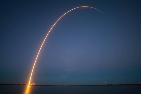 Povedený záběr z nočního startu Falconu 9