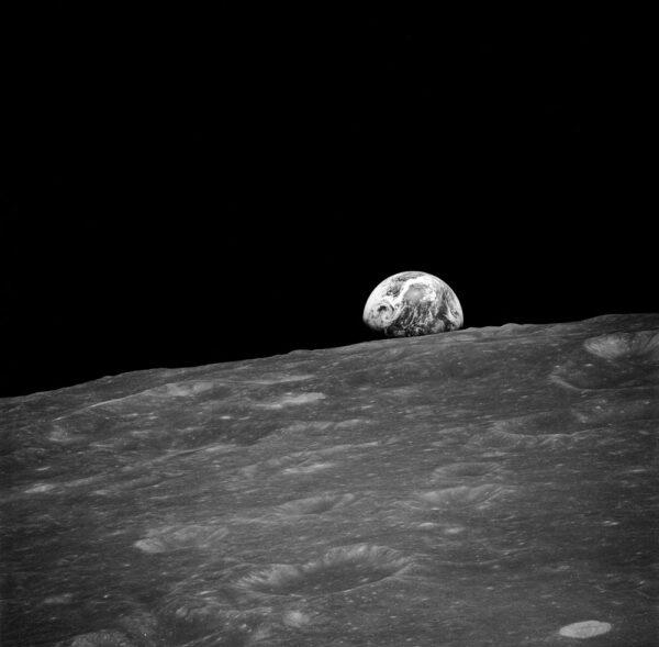 Jedna z prvních, ještě černobílých fotografií východu Země nad Měsícem