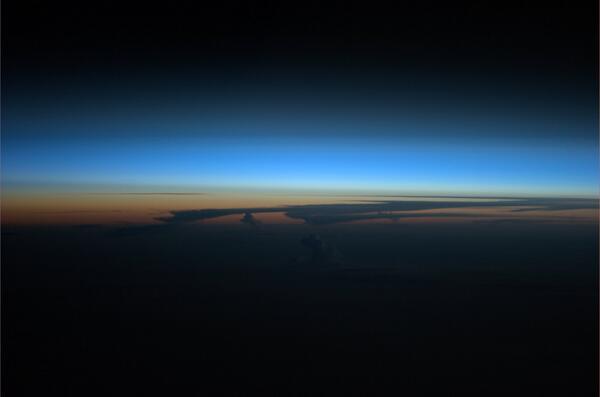 Na ISS Slunce zapadá 16x denně. Občas se naskytnou i takovéto pohledy