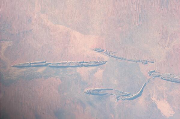 Vypadá to jako zkamenělé kosti, ale jedná se o netypicky tvarovanou krajinu jižní Austrálie