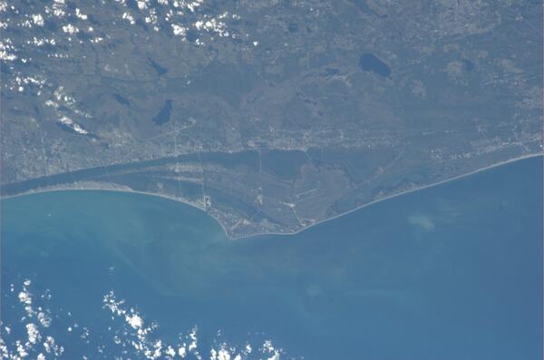 Kennedyho vesmírné středisko - můžete vidět rampy 39-A a 39-B. Dobré oko najde i přistávací ranvej pro raketoplány