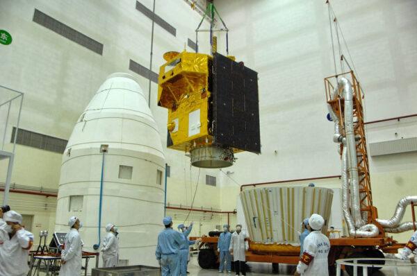 Družice CBERS-3 před připojením k nosné raketě