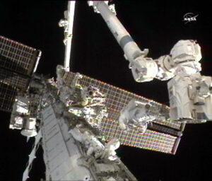 Tracy Caldwell-Dyson a Douglas Wheelock během výstupu do otevřeného kosmu.