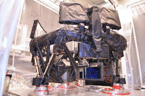 Předletová verze přístrojového modulu při vibračních testech (červen 2011). Celá nosná struktura je vyrobena z karbidu křemíku. Nahoře jsou dvě velká primární zrcadla a poblíže středu po pravé straně lze vidět matici čipů CCD.