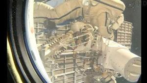 Ruští kosmonauti při svém výstupu z okna ISS