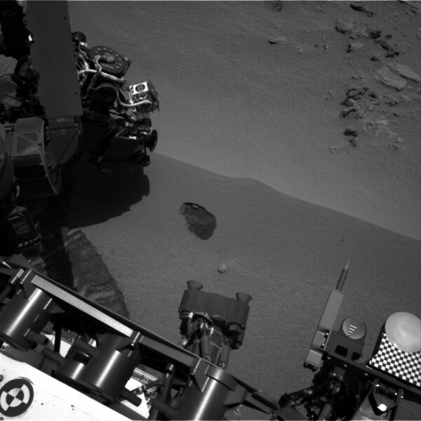 Sol 61 - kamera NavCam zachytila místo prvního odběru prachových vzorků v duně Rocknest