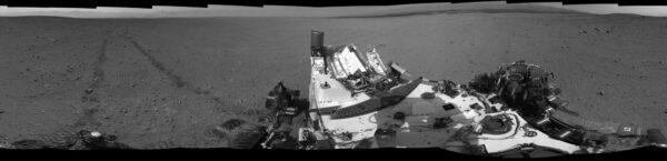 Sol 29 - na panoramatu z kamer NavCam vidíme rýhy po průjezdu kol.
