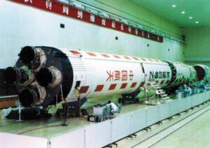 Raketa Čchang-čeng 4B v montážní hale