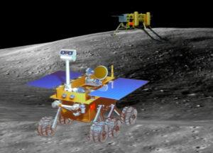 Vizualizace vozítka Yutu na povrchu Měsíce - v pozadí je vidět samotný lander.