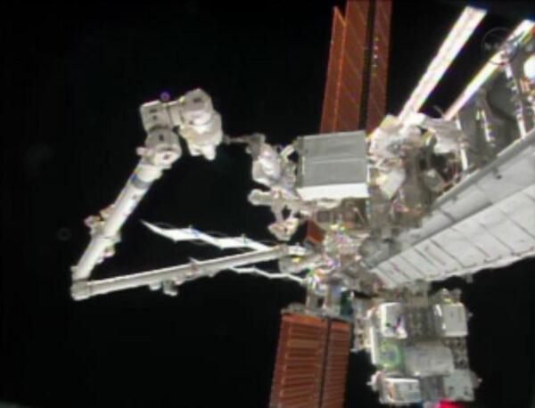 Bonusový úkol prvního výstupu - Přesun poškozené pumpy na místo dočasného uložení. Robotickou paži ovládal Koichi Wakata.