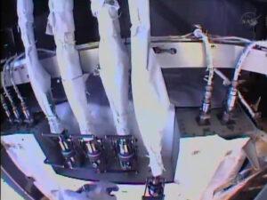 Na levé straně vidíte čtveřici hadic vedoucích čpavek, které vedou do čerpadla