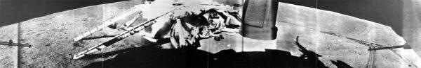 Záběry přímo z měsíčního povrhu zachycují přistávací plošinu sondy Luna 17, která nesla první (úspěšný) Lunochod.