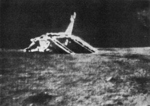 Záběry přímo z měsíčního povrchu zachycují přistávací plošinu sondy Luna 17, která nesla první (úspěšný) Lunochod.