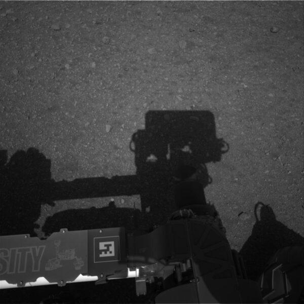 Jedna z prvních fotek kamer Navcam po vztyčení stožáru.