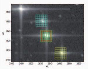 Obrázek ze simulace počítačového programu určeného k výběru užitečných dat ze snímku hvězdné oblohy. Tento program vybere jen malé okénko okolo každého bodového zdroje světla.