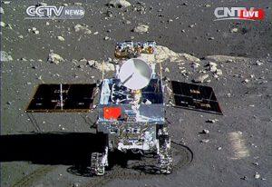 Vozítko Yutu na povrchu Měsíce - fotku pořídila sonda Chang'e-3