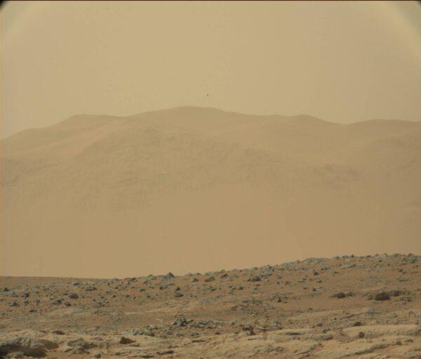 Kamera Mastcam100 a její teleskopický pohled na štíty hor skryté v prachovém závoji.