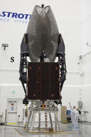 Nová telekomunikační družice TDRS L čeká na zapouzdření do aerodynamického krytu