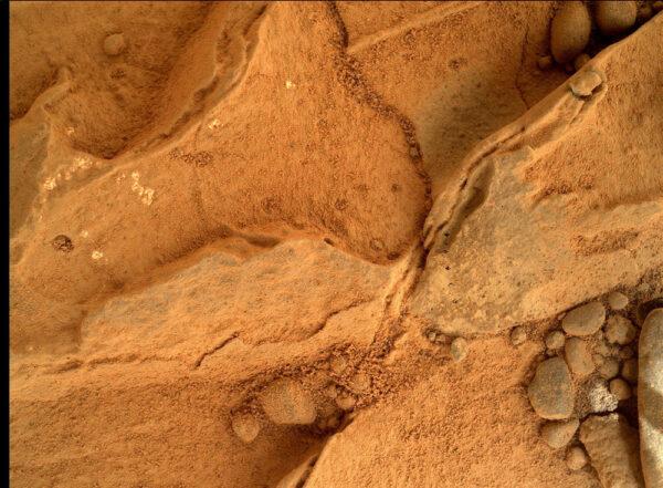 Sol 270 - kamera MAHLI a velmi detailní pohled na povrch kamenů. Povšimněte si hlavně vrstvičky prachu. Curiosity zjistila, že prach volně rozptýlený v atmosféře Marsu velmi rychle zanáší všechny povrchy - dokonce i ty kolmé.