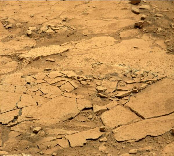 V okolí lokality Cumberland se nacházely zvětralé tenké pláty kamenů. Po přelezdu vozítka se zlomily, ale i to pomůže vědcům lépe poznat podmínky na Marsu.