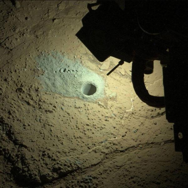 Velmi neobvyklá fotka ze solu 292 - Kamera MastCam vyfotila, jak si vozítko během marsovské noci umí na focení kamerou MAHLI posvítit LED diodami.