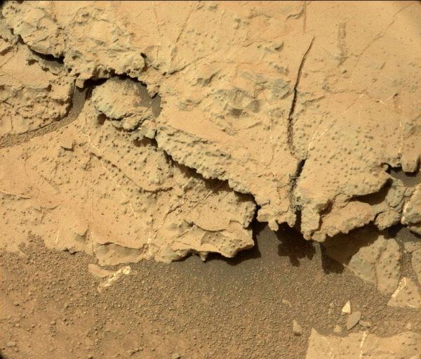Sol 298 - Výborně je vidět jednak tenká struktura kamenů, ale i vrstva usazeného prachu.