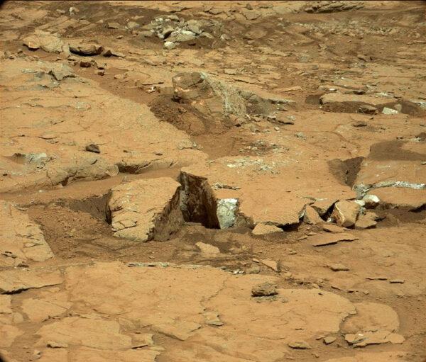 Sol 298 - Další pohled na kameny rozdrcené koly vozítka