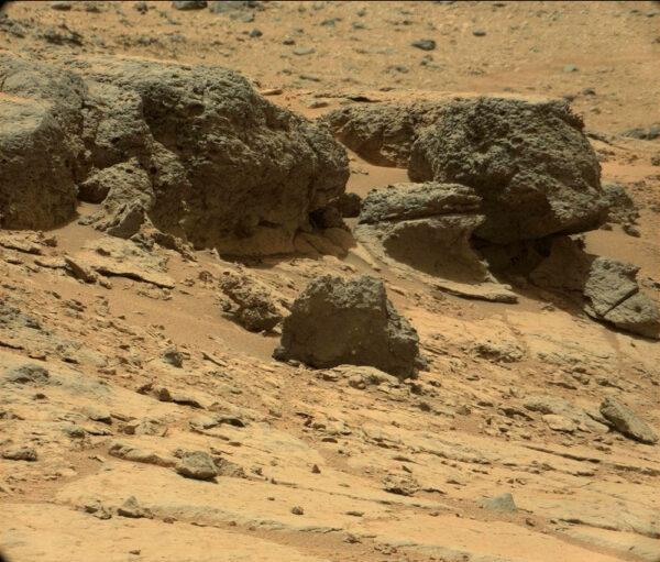 Sol 301 - Soustava netypicky černých kamenů v oblasti Point Lake