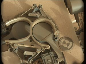 Mimořádně jemný prach usazený na vozítku Curiosity. Před letem na Mars byly tyto plochy bílé a šedé.