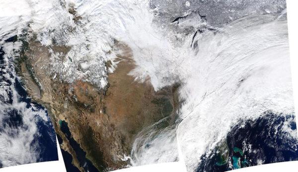Severní Amerika nasnímaná přístrojem MODIS na družici Aqua. Východní pobřeží je zahalené do hustých sněhových mračen