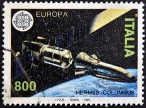 Italská poštovní známka z roku 1991 zobrazující stanici Columbus a raketoplán Hermes.